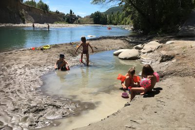 Spelen aan rio Esera